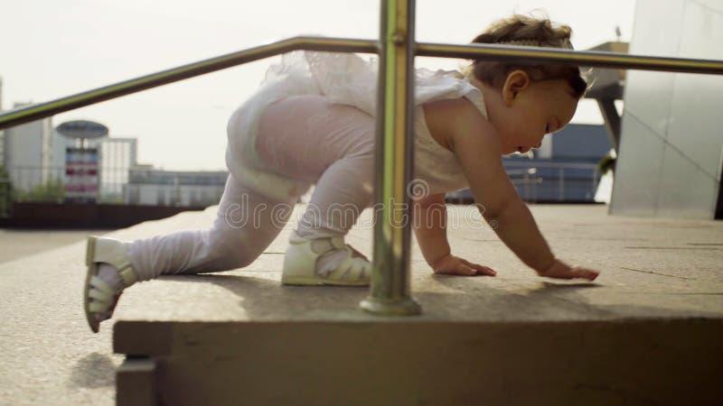 爬上步的女婴 免版税库存照片