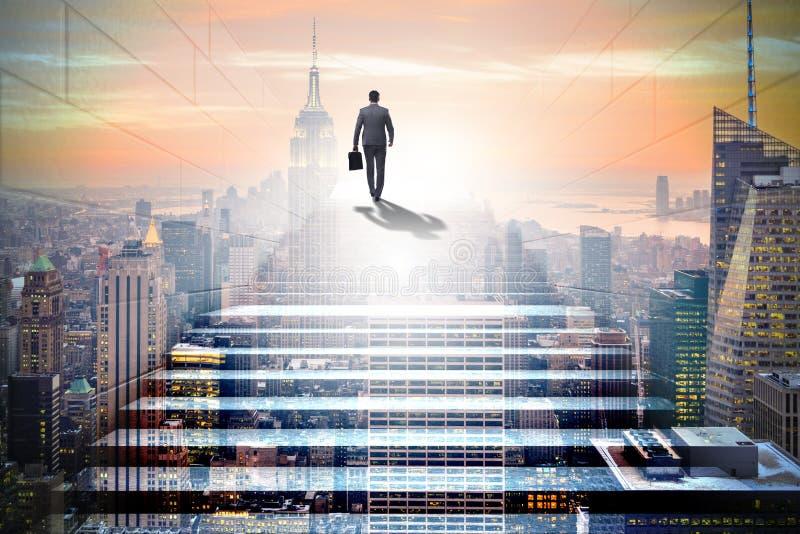 爬在事务co的商人复杂的事业梯子 免版税库存图片