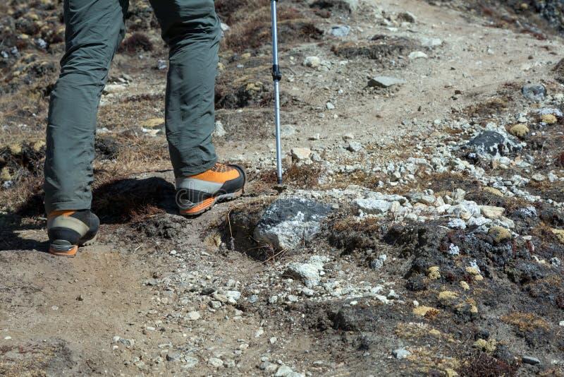 爬山者的脚重的高处起动的 免版税库存照片