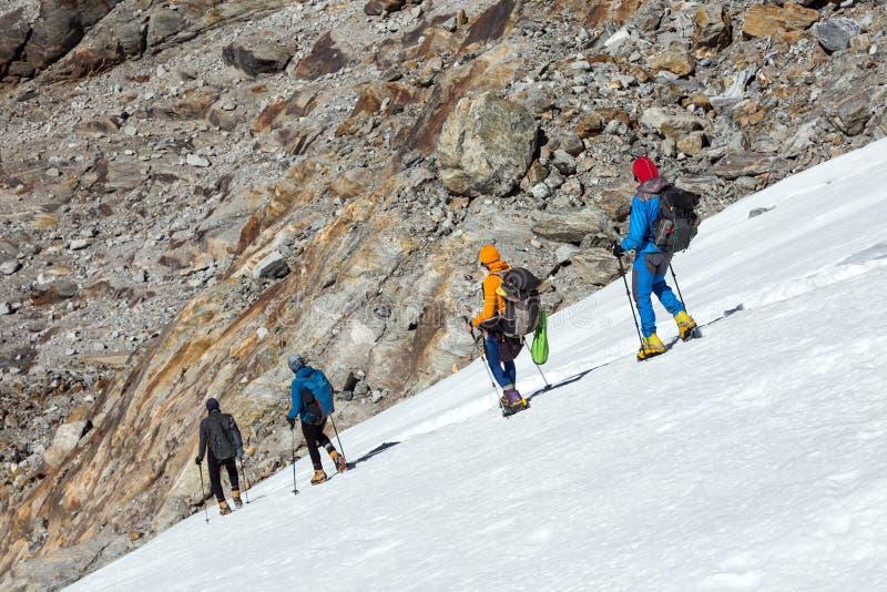爬山者队小心地退出在冰川的 免版税图库摄影