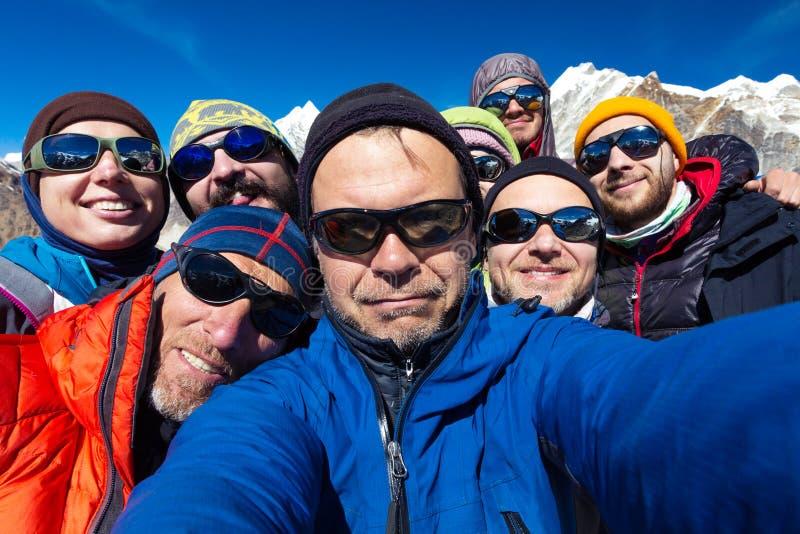 爬山者画象合作愉快到达山顶 免版税库存图片