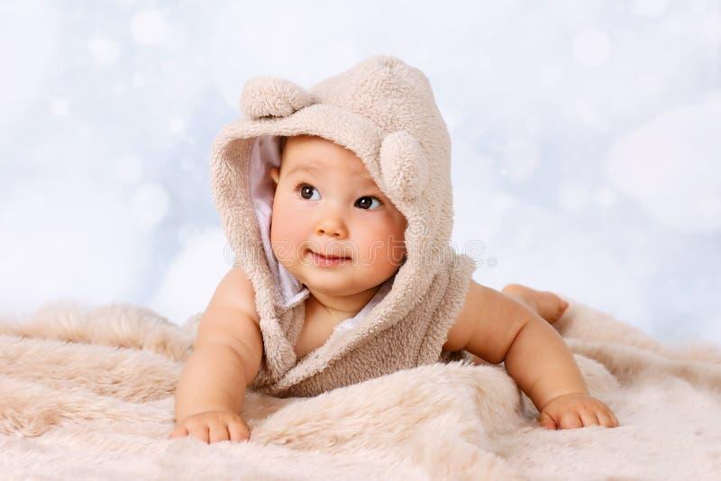 爬行在地板上的滑稽的矮小的婴孩 库存图片