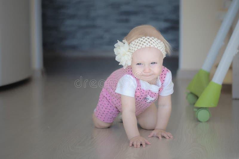 爬行在房子附近的婴孩 免版税库存图片