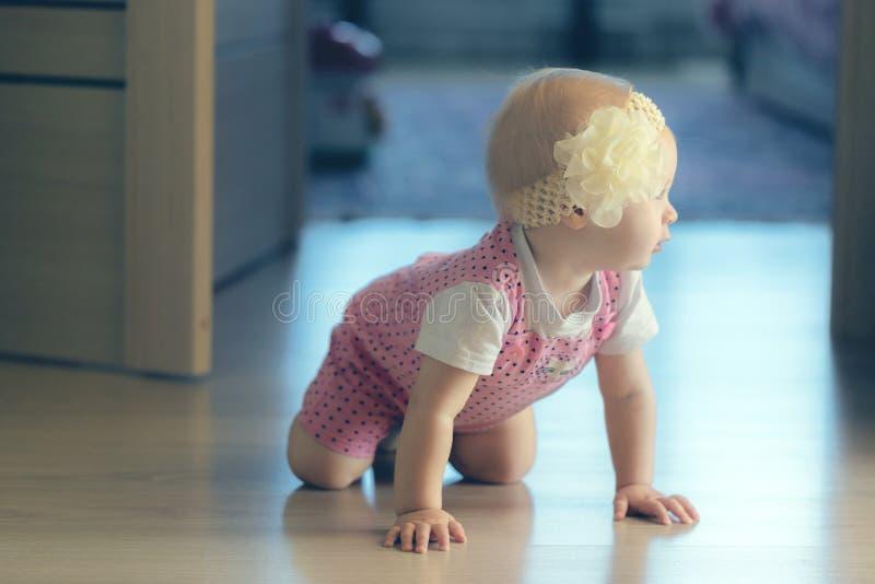 爬行在房子附近的婴孩 图库摄影