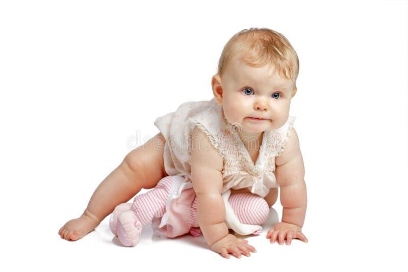 爬行在无袖的sundress的逗人喜爱的婴孩 免版税库存照片
