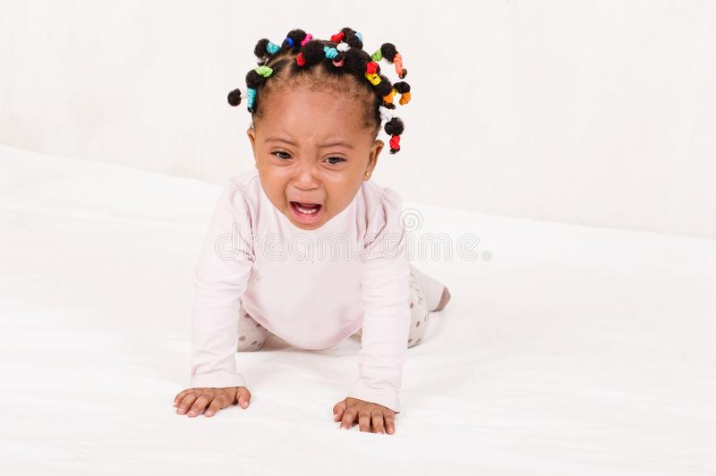 爬行往她母亲哭泣的婴孩照片 库存图片