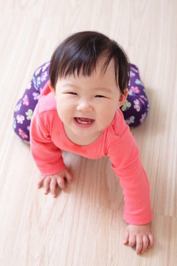 爬行的女婴微笑 免版税库存图片