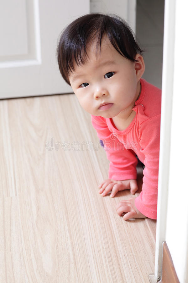 爬行的女孩婴孩 库存图片