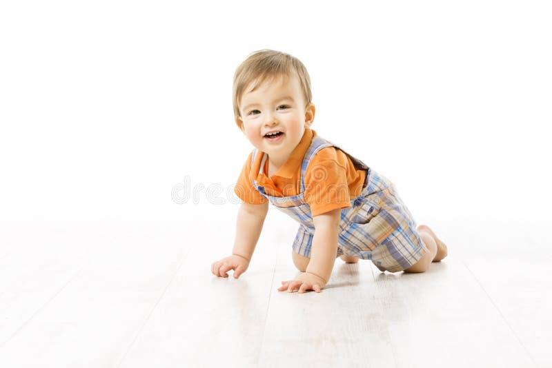 爬行的婴孩,在白色地板,愉快的一岁的孩子上的婴儿孩子爬行 库存图片