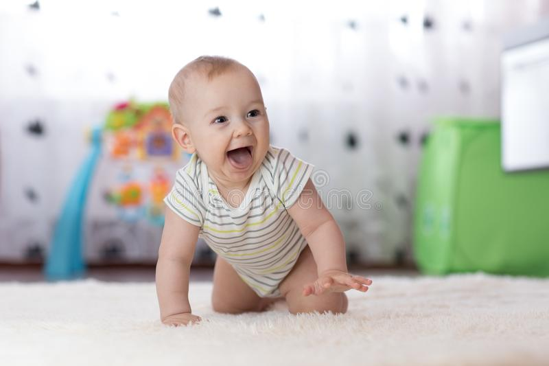 爬行的滑稽的男婴户内在家 免版税图库摄影