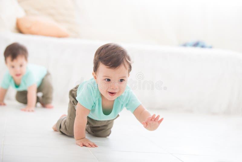 爬行的男婴孪生 库存图片