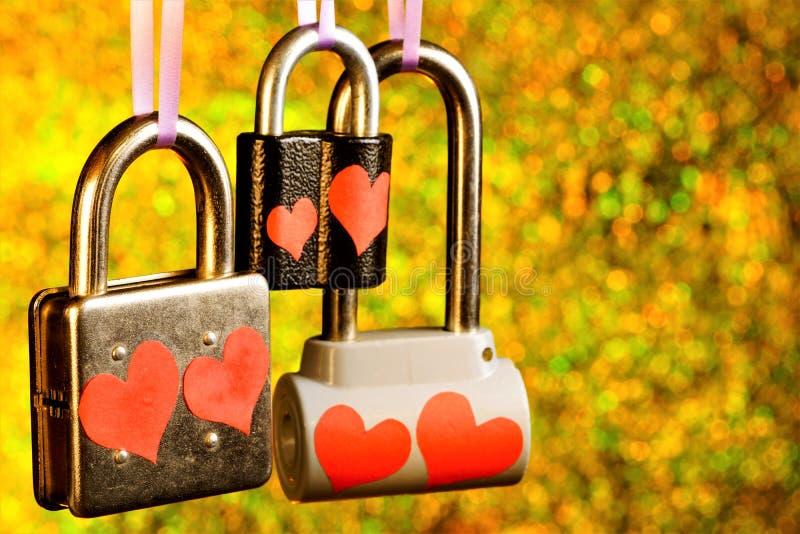 """爱â€城堡""""有互相心脏、恋人的感觉的标志和新婚佳偶的挂锁,承诺他们 免版税库存照片"""