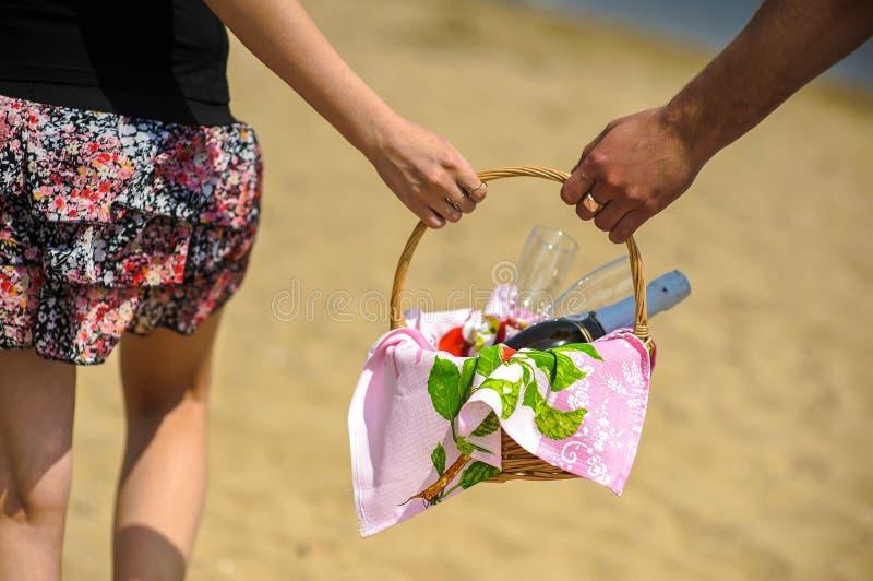 爱、约会、人们和假日结合在野餐的饮用的香槟在晚上海边背景 免版税库存照片