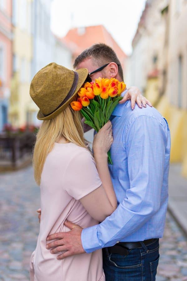 爱、约会和关系概念-亲吻年轻的夫妇  免版税库存照片