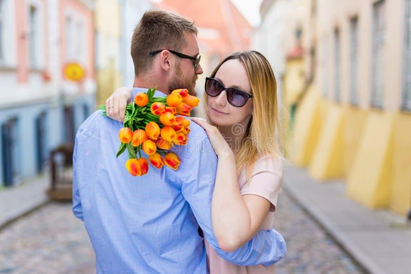 爱、约会和关系概念-在爱的年轻夫妇 免版税库存图片