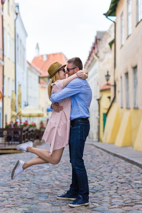 爱、约会和关系概念-进来年轻的夫妇 免版税图库摄影