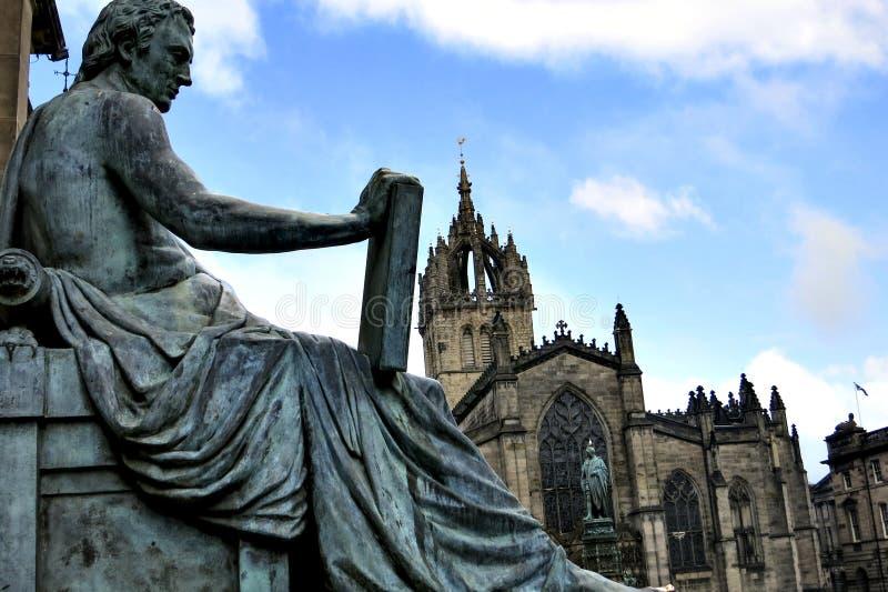 爱丁堡圣Giles大教堂和大卫・休谟雕象 库存图片
