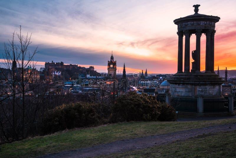 爱丁堡市中心看法在黄昏的五颜六色的冬天天空下 免版税库存照片