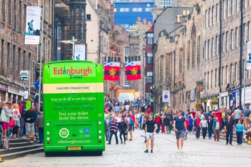 爱丁堡市在繁忙的皇家英里的游览车在Internatio期间 免版税库存图片