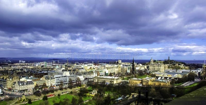 爱丁堡空中全景在风暴之前的-从爱丁堡城堡的一个看法 免版税库存图片