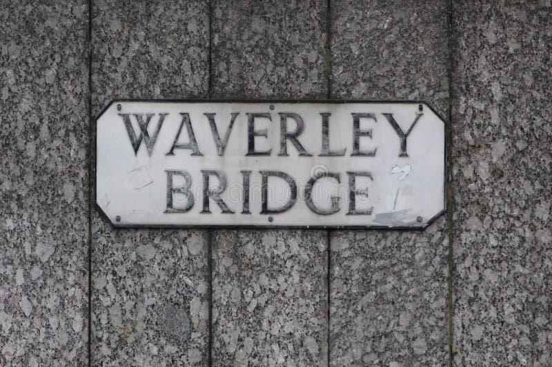 爱丁堡街名标。苏格兰Waverley Bridge的传统英国街名标 库存照片