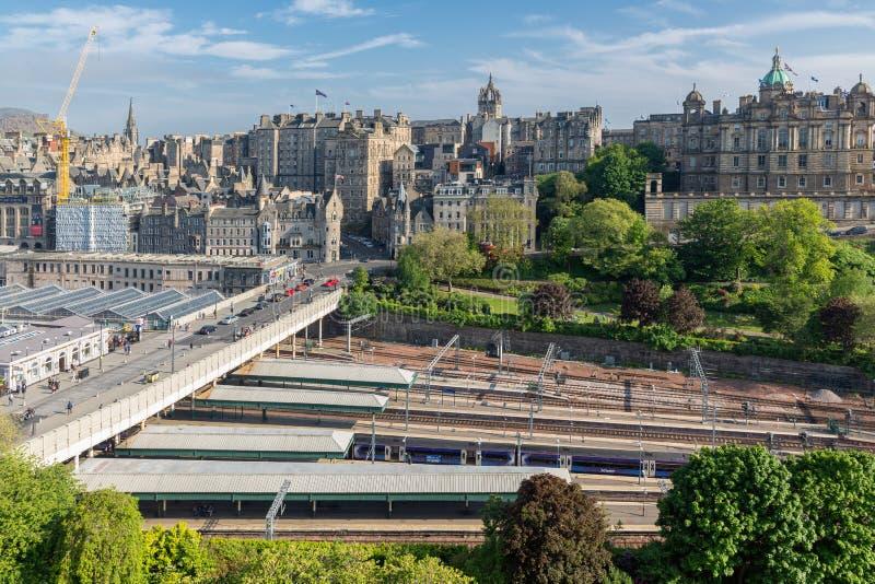 爱丁堡鸟瞰图中世纪有韦弗利火车站的 库存图片