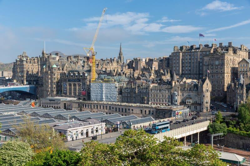 爱丁堡鸟瞰图中世纪有韦弗利火车站的 图库摄影