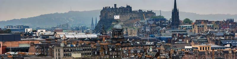爱丁堡,喜怒无常的天气的苏格兰全景鸟瞰图  免版税库存照片