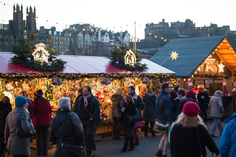 """爱丁堡,苏格兰,英国†""""2014年12月08日-走在德国圣诞节市场中的人们在爱丁堡,苏格兰,英国失去作用 免版税库存图片"""