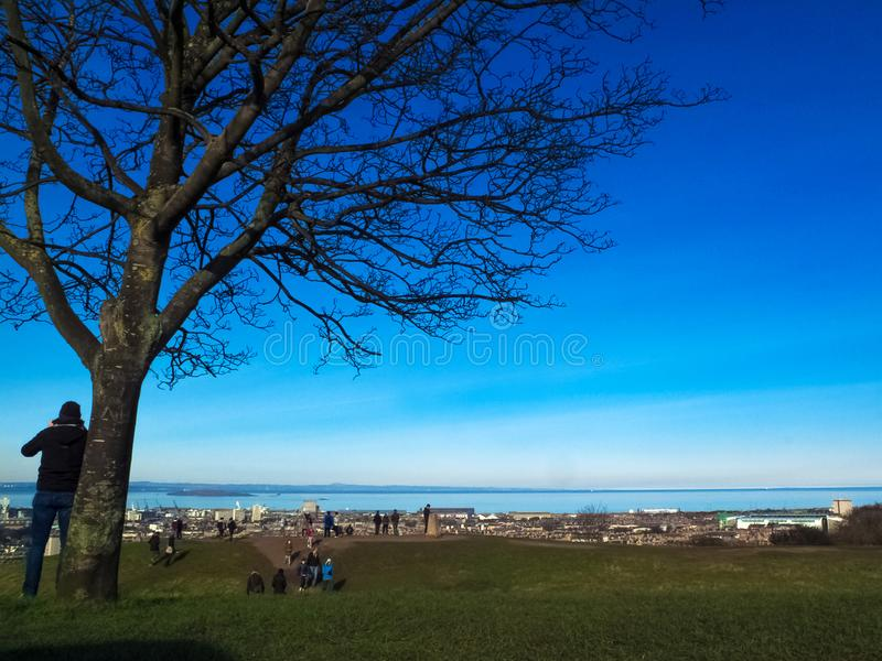 爱丁堡, SCOTLAND-FEBRUARY 28,海,大厦,爱丁堡树2016城市视图从Calton小山的中央爱丁堡苏格兰的 免版税库存图片