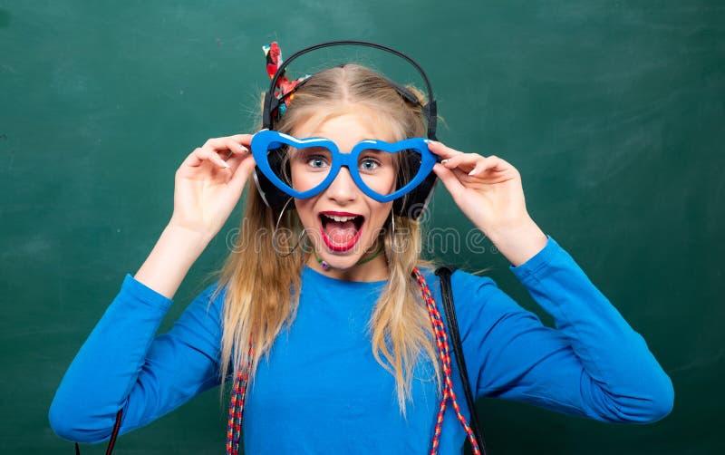 爱上她的学校生活 ( t 无忧无虑的青少年 时兴的白肤金发的女孩黑板 库存图片