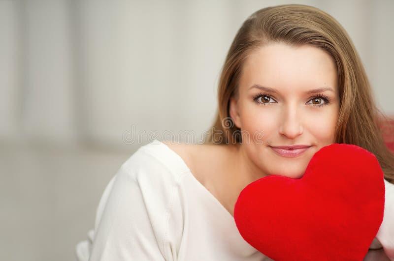 爱上重点在手中-纵向的妇女为情人节 库存照片