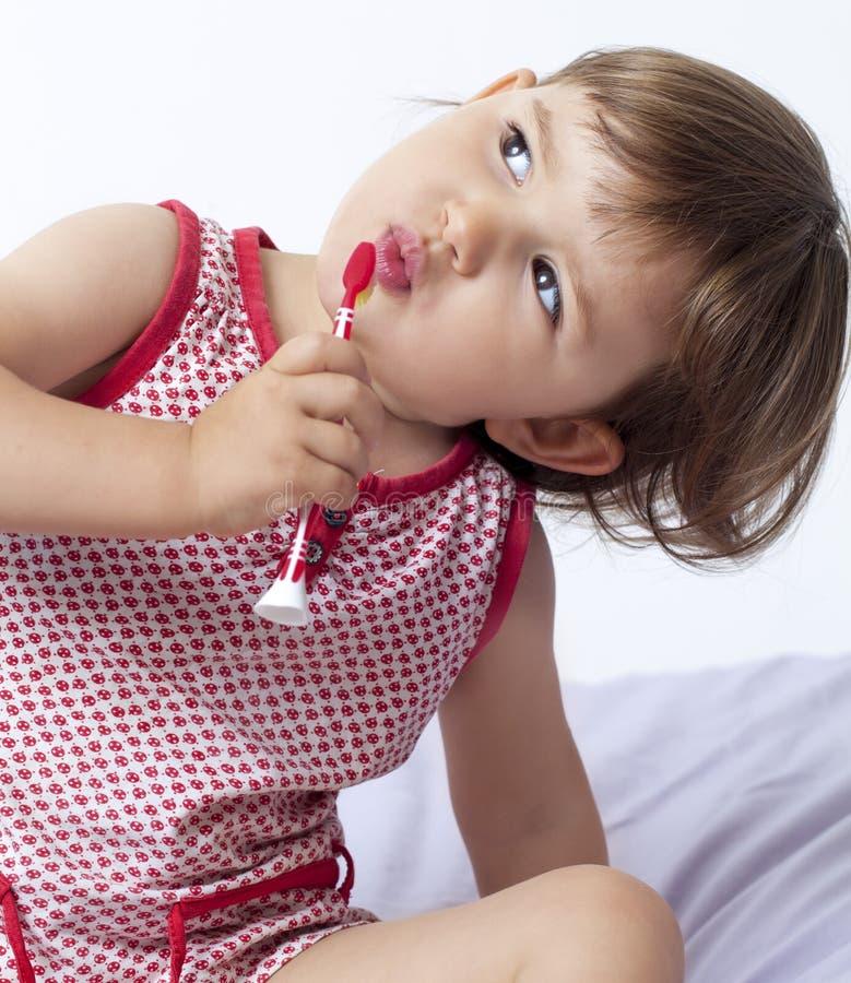 爱两岁的小孩清洗她的牙 库存图片