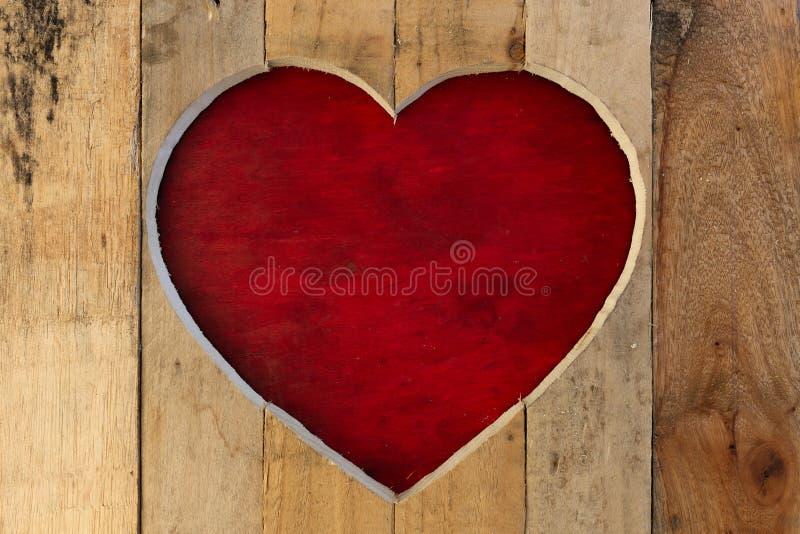 爱华伦泰心脏木制框架红色板背景 库存图片