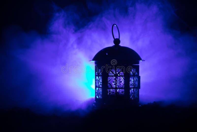爱华伦泰` s天贺卡装饰照片 对光检查照明设备发光在黑暗的五颜六色的有雾的背景的灯灯笼 免版税库存照片