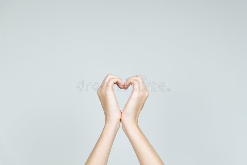 爱和仁慈概念:形成心脏的形状手 免版税库存图片