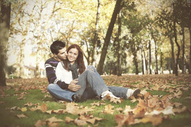 爱和喜爱在一对年轻夫妇之间 免版税库存照片