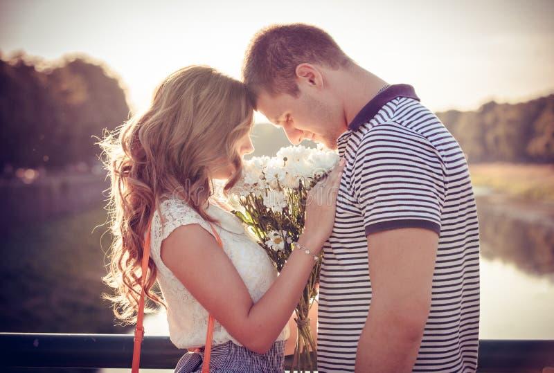 爱和喜爱在夫妇之间 免版税库存图片