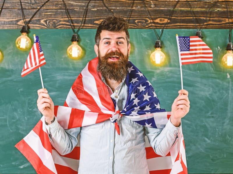 爱国教育概念 学生交换节目 与美国国旗的美国老师波浪 E 免版税库存照片