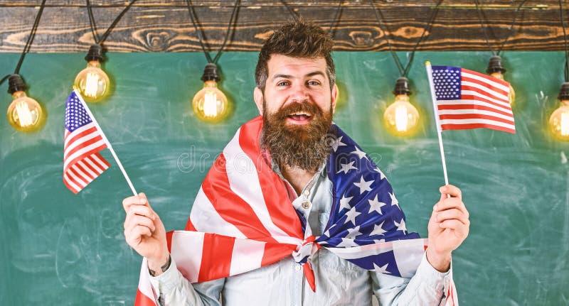爱国教育概念 学生交换节目 有胡子和髭的人在愉快的面孔拿着美国的旗子, 库存图片