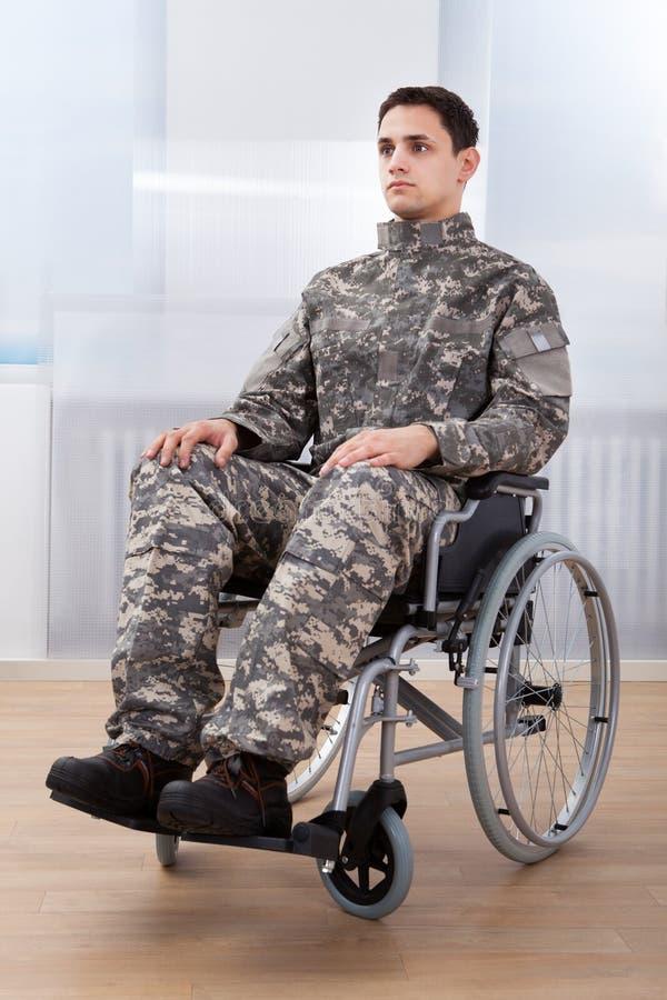 爱国的战士坐轮椅 图库摄影