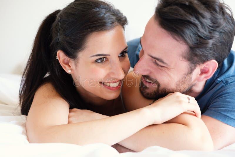 爰爱性交_图片 包括有 位于, bedaub, 敬畏, 性交前的爱抚, 夫妇 - 119166529