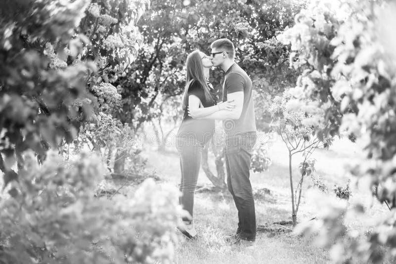 爱在开花的丁香的画象夫妇 库存图片
