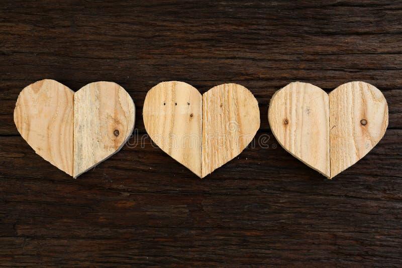 爱在概略的漂流木头背景的华伦泰木心脏 免版税库存照片