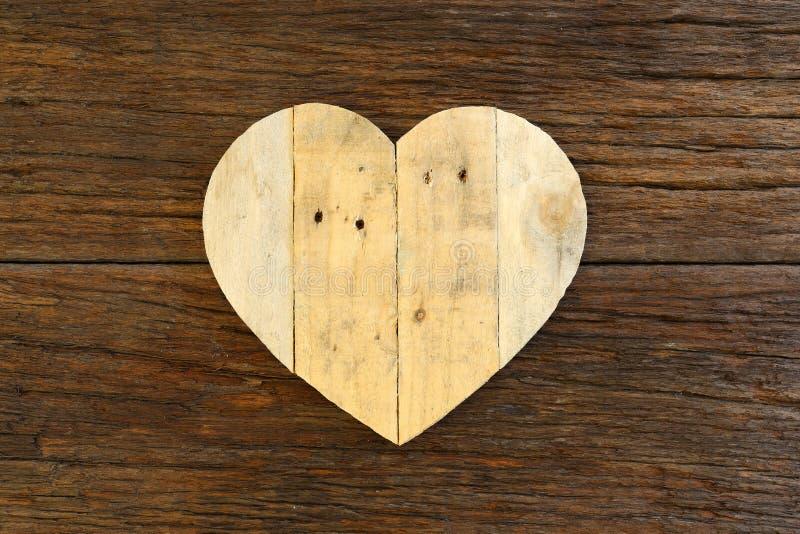爱在概略的漂流木头背景的华伦泰木心脏 免版税库存图片