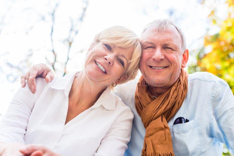 Download 爱在秋天的老人和妇女 库存图片. 图片 包括有 一起, 健康, 叶子, 夫妇, 游览, 妻子, 重新创建 - 59101885