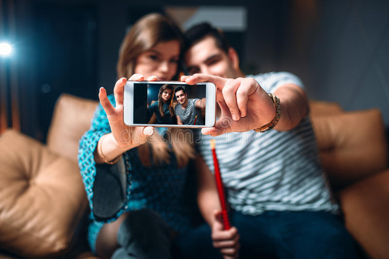 爱夫妇抽水烟筒在酒吧 库存图片