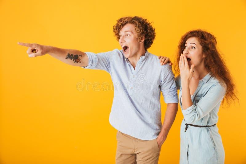 爱夫妇指向的激动的朋友 库存图片