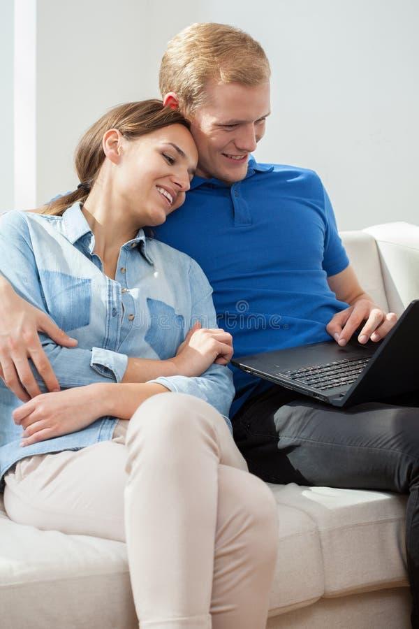 爱夫妇的膝上型计算机使用 库存图片