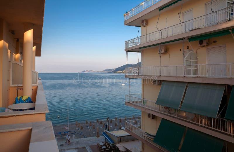 爱奥尼亚海早晨视图在Loutraki 免版税图库摄影